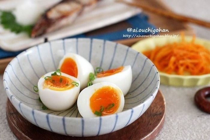 煮卵のしょうゆ味が苦手な方には、こちらがおすすめ。白だしのみの味付けです。茹で卵を漬けるだけで、半日置けばできちゃうレシピ。朝作ってランチタイムにもいいですね♪