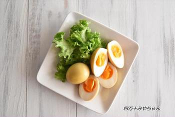 こちらはなんとカレー味の煮卵です。調味料はめんつゆとカレー粉があればOK。一味違うスパイシーな煮卵を食べたいときにおすすめです。おつまみやお弁当にも良いのだそう♪