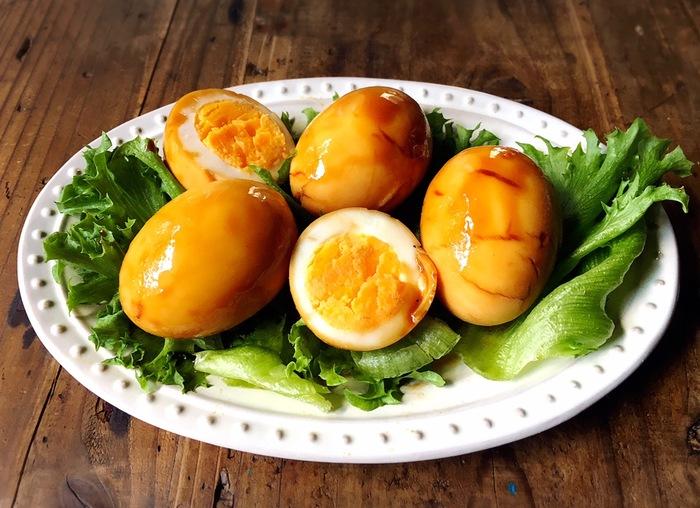 どうしても煮卵が今すぐ食べたい!漬ける時間がない!なんてときには、こんなレシピもありますよ。フライパンにタレを作って、茹で卵を入れてタレを絡めるだけで完成。見た目もしっかり煮卵です♪タレがなくなるくらいまで煮絡めると良いのだそう。