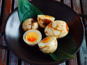 こちらは台湾風の煮卵レシピです。本場では烏龍茶の茶葉を使いますが、こちらのレシピでは紅茶のティーバッグを使うのでお手軽。茹で卵の殻を剥かずにヒビを入れた状態で煮るというユニークな作り方です。独特な模様も楽しんでみてくださいね。