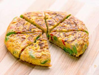 そら豆を主役にしたスペイン風厚焼きオムレツ。炒めて焼くだけなので、フライパン一つで意外と簡単に作れます。彩り鮮やかなオムレツは、おもてなしメニューとしても喜ばれそう。