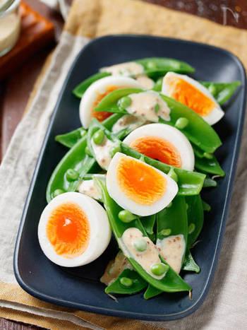 卵とスナップえんどうを茹でるだけのお手軽デリサラダは、シャキッとした食感を楽しめます。鮮やかなグリーンとイエローのコントラストが美しいひと皿です。手作りのごまドレッシングをかけて召し上がれ♪