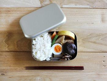 シンプルですっきりとした佇まいの「松野屋」の昔懐かしい雰囲気のアルミのお弁当箱です。中に仕切りがないため、自由におかずを詰めることができます。