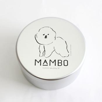 """イラストレーター 塩川いづみさんが描く、ビション・フリーゼという犬がモチーフの""""MAMBO(マンボ)""""シリーズ。その素朴な表情にほっこり癒されます。内蓋と仕切り板付きで、使い勝手も◎です。"""