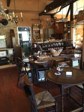 店内には、アンティーク調の家具が並び、暖炉もあります。まるでヨーロッパのカフェを訪れたかのような感覚に浸れますよ。