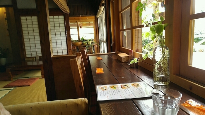 木の温もりを感じる店内には、カウンター・テーブル席・座敷があります。まったりとした時間を過ごせそうですね。