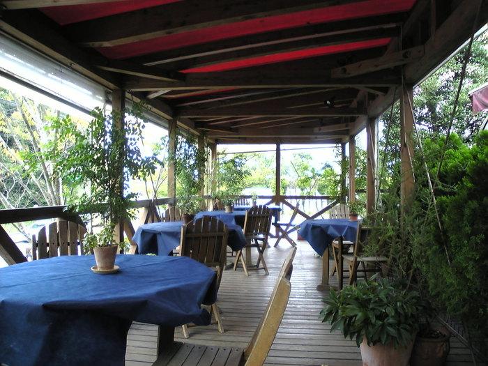 天気のいい日は、ウッドデッキもおすすめです。霧島の心地よい風を感じながら食べるランチは、より美味しく感じられそう。