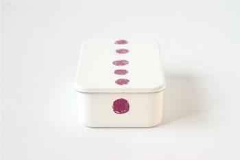 「倉敷意匠」と「野田琺瑯」の共同制作で生まれた、手書きの日の丸弁当のような模様が可愛いお弁当箱。デザインはイラストレーターのmitsou(ミツ)さんが手がけています。ホーローのやわらかな白い色にほっこり癒されます。