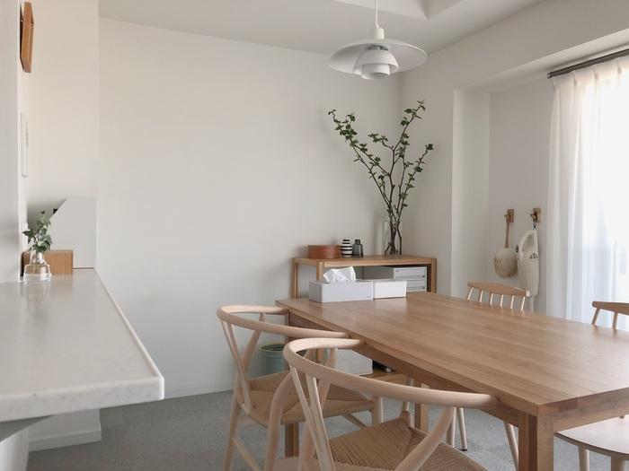 """インテリアを考える上で大切にしていることは、使う色味。Miyokoさんは淡い色味が好きなので、ベースカラーを白とウッディなカラーで統一しています。木材も、柔らかい色合いが特長のオーク材かビーチ材で絞ることで、より清潔感のあるお部屋に。 自分が好きな色味をベースカラーに組み込むことで、お部屋のどこを見ても""""好きなもの""""が目に入る空間ができあがっていく…いとしく思えるおうちを作るための、些細だけれど大切な工夫です。"""
