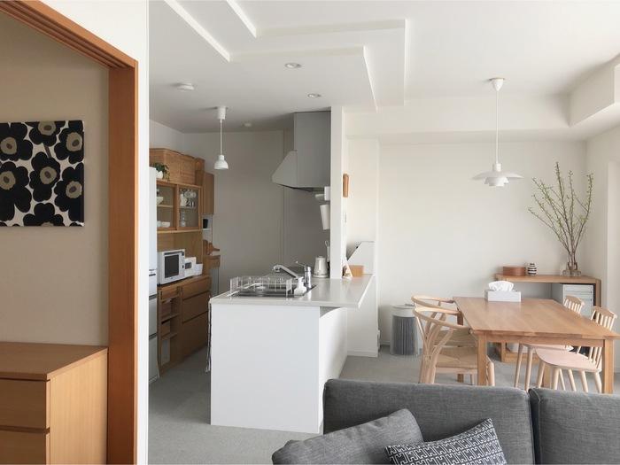 なんと、この空気清浄機がキレイにできる部屋の広さは「30畳」。Miyokoさんの家の間取りはLDKが17.5畳、子供部屋代わりに使っている和室が4.5畳なのですが、どちらもキレイにしたい…という場合でも、ドアを開け放して部屋を繋げた状態にすればOKです。わざわざ持ち運ぶ必要はありません。  食事をする場所だから、一番においが気になる…と空気清浄機はダイニングに設置しています。でも、実は子供部屋にも少し気になるにおいが。それは、お子さんの制服についてくる学校特有のにおい。制服を掛けるロッカーの中まで残るほどだったと言いますが、LDKと子供部屋を繋げて空気清浄機を稼働するようになってから、そのにおいが気にならなくなったそうです。