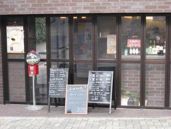 『金の湯』の正面にあるオシャレなオープンバー。立ち飲みが出来る他、テラス席もあります!外国の方にも人気なようで、お客さんがいっぱい。