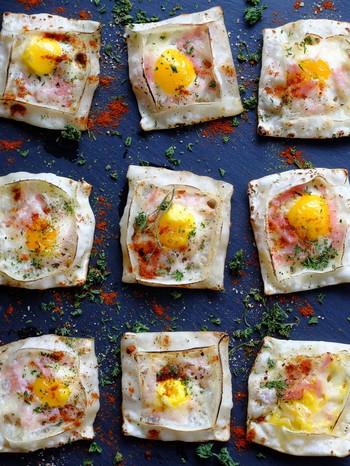 こちらは、市販の餃子の皮と、うずらの卵、チーズ、ベーコンで作るミニガレット。おやつや、オードブル、おつまみにピッタリなので、餃子の皮が余ったら、翌日に作ってみてはいかがでしょうか。