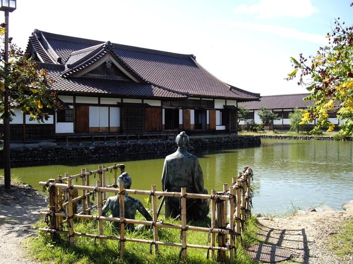 """約8,000坪もの広大な敷地には、日本最古のプールと言われる「水練水馬池」も。当時は、鎧と甲を身につけて泳ぐ""""向井流""""という泳法でした。水練池があるのは当時でも珍しく、最先端の教育が行われていました。"""