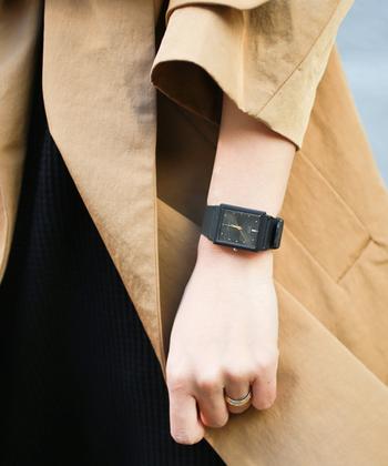 クラシックデザインが魅力的な海外モデルの腕時計です。 ゴールドの針とブラックの文字盤、ベルトが高級感を演出。カジュアルから、フォーマルスタイルまでシーンを選ばずに合わせられます。