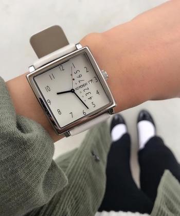 パッと目を引くスクエア型のフェイスが特徴的。時間はもちろんですが、日付と曜日も確認できるように設計されています。機能性、デザイン性共に、個性的で魅力的な腕時計です。