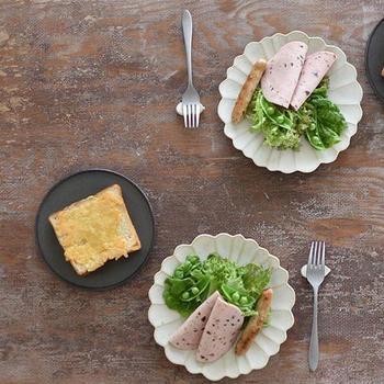 使い勝手がいい万能の白い器、料理が美しく映える黒い器、コーディネートしやすいグレーの器……。どれも気軽に取り入れやすい器なので、それぞれの良さを上手く取りいれてテーブルコーディネートを楽しんでくださいね。