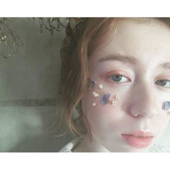 アイシャドウだけで立体感を出すのが難しい…という場合は、ラメ系のクリアアイシャドウまたはベージュ系のアイシャドウを瞼の中心部分に重ねてあげると、キラッと立体感のある目元に仕上がります。