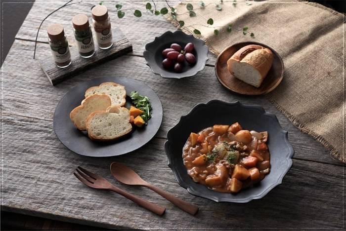 黒い器は料理が持つ本来の色を、一層鮮やかに見せてくれます。視覚的に深みや濃厚さを演出してくれるので、旬の素材や味わい深い料理を堪能したいときにオススメです。また、白やグレーの器に黒い器を加えると食卓が引き締まり、洗練された雰囲気も楽しめますよ。