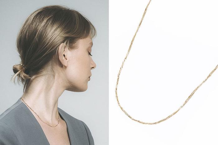「screw necklace」は、ねじりの入った小さなプレートとチェーンが交互につながるネックレス。ニュアンスのある輝きで、インパクトのあるお洋服とも難なく馴染みます。ちょっとしたお呼ばれのときにも重宝しそう。