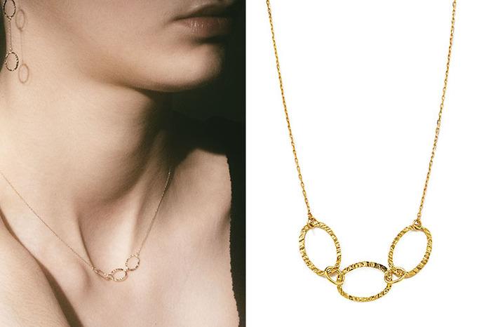 繊細なフープが連なるトップがポイントの「arche necklace」。きれいめに着けたいなら単体でも、カジュアルなお洋服に合わせるならシンプルなチェーンネックレスとの重ね着けでも楽しめます。「arche pierce」とセットで着けるのもおすすめです。