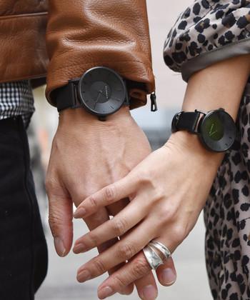 とても個性的なデザインKLASSE14(クラス14)の腕時計。「空を自由に飛びまわる雄大なイーグルこそが自由のシンボルだと信じている」 そんなインスピレーションから生まれた腕時計の針は、飛行中の羽のようにわずかに上向きに湾曲。文字盤はデザインのコンセプトどおり、どこからも光を捉えられるコニック型と言う、中央部がへこんだすり鉢状になっています。