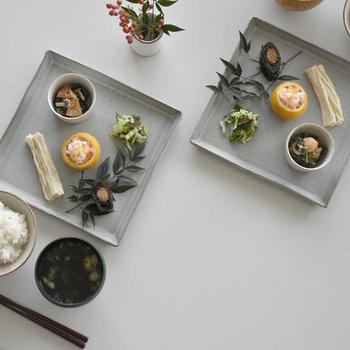 白い器と同じくらい、様々な料理の色と相性のいいグレーの器。白よりも、さらに穏やかでモダンな印象の食卓にしてくれます。他の色の器ともコーディネートしやすく、使い勝手がいいところもポイントです。
