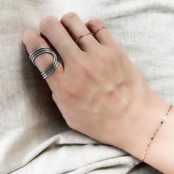 """比較的""""ごつめ""""のシルバーリングに、ごく細いゴールドのリングが違和感なく馴染みます。着ける指によってもイメージが変わるので、毎日新鮮な気分でアクセサリーを楽しめます。"""
