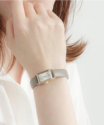 シンプルでベーシックでありながら、女性らしさが溢れる腕時計。シルバーフェイスに、イエローゴールドのロゴの縁取り、グレージュのベルトが全体コーデを柔らかく優しい印象に仕上げてくれます。リュウズにダイヤモンドを1石あしらって高級感もプラス。