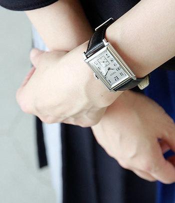 シルバー×ブラックの配色が知的でクールな印象の腕時計。スクエアのフェイスに、6時の位置にあるスモールセコンドを備えたデザイン。文字盤はやや大きめで、手首を華奢に見せる効果も。きれいめコーディネートから、オフィススタイルまで、大人なスタイルにオススメです。