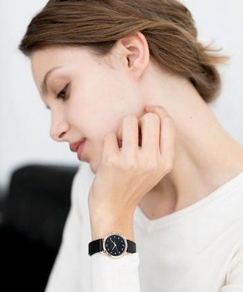 アニエスベー手書きの数字が印象的な腕時計。ブラックのフェイスに、シャンパンゴールドのフレームが女性らしさの中にも、クールな印象をプラスしてくれます。