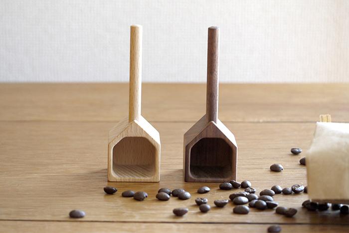 美しい木目とお家の形がとてもキュートな「TORCH」のコーヒーメジャーハウスです。サッとすくうだけで、一杯分(約10g)が計れる便利なアイテム。天然のウォールナット材を使用した素材で、使い込むほどに艶や味わいが増します。