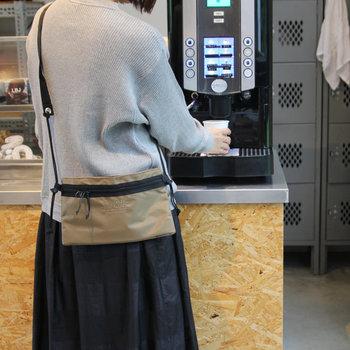両手を空けておきたいビュッフェのときにもサコッシュは便利です。薄くてかさばらないから、お財布やスマホなど貴重品を入れておいて、バッグインバッグとして使うのもオススメ。
