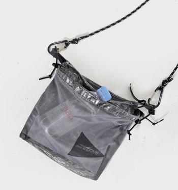 外側のメッシュポケットには、ペットボトルまで収納できてしまいます。ほどよい透け感があるので、中に何が入っているかわかりやすくて便利ですね。