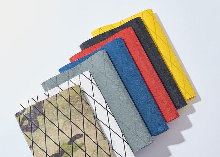 メイン部分は5色の生地から、ポケットの生地は7色から、ファスナー、テープそれぞれの色を選び、自分だけのカスタムバッグをオーダーできます。職人さんがひとつひとつハンドメイドで縫製し、2週間程度で手元に届くスタイル。