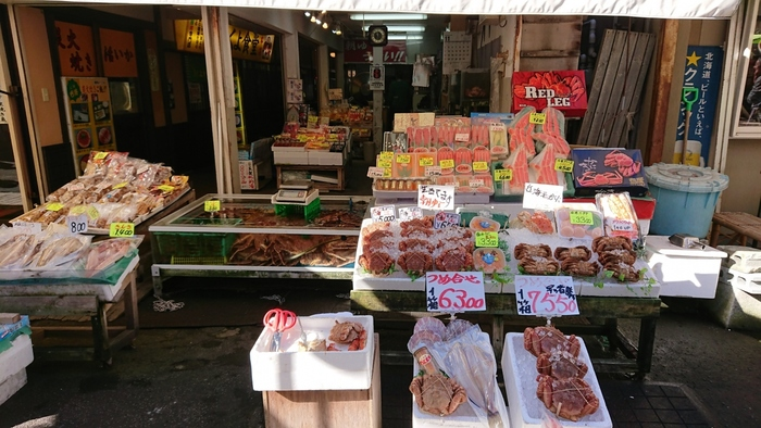 朝ご飯でおなかを満たしたら、おみやげもぜひ朝市で。まずはなんといっても新鮮な海の幸。カニをはじめ、ウニ、イカ、エビ、ホッケ…などが市場価格で手に入ります!