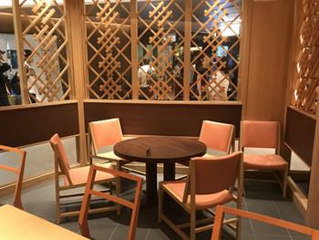 店内は京料理店を思わせる、木を基調としたはんなりとした雰囲気。お茶を淹れる手元が見える大きなカウンター席のほか、ゆっくりと会話ができるテーブル席もあります。