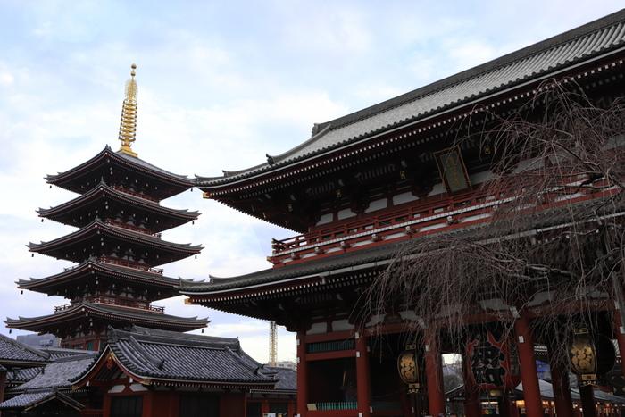 お寺や神社は私たちに力を与えてくれるパワースポットです。凛とした空気の中、可愛らしいアイテムを見つけたら、すぐにカメラを構えたくなってしまいますよね。でも、お寺や神社で撮影するときは、まずは心を静めてお参りをしてからにするのがマナーです。