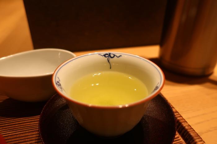 玉露、煎茶のほか、抹茶や玄米茶など、宇治の老舗茶舗ならではの上質な日本茶が豊富に揃います。一煎目は、お茶に精通したスタッフさんが丁寧に淹れてくれます。