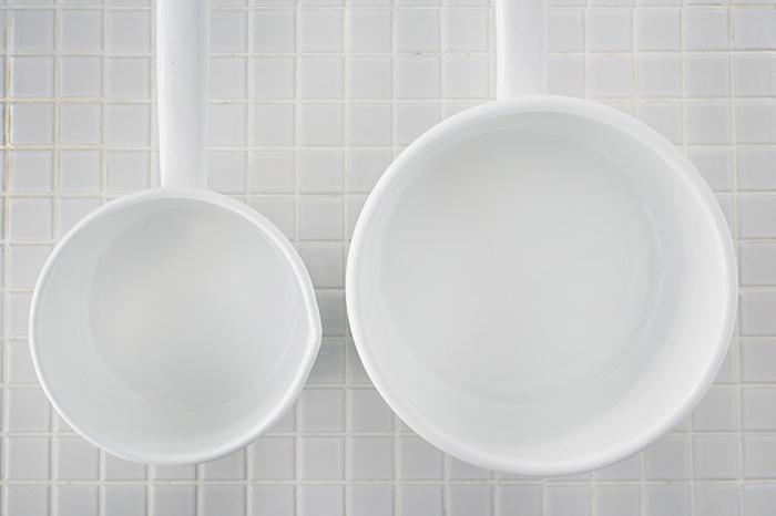 画像左の12cmサイズは、満水で約700ml、7分目で約490ml。画像右の16cmだと、満水で約1700ml、7分目で約1190mlの容量があり、用途に合わせて選べて便利。