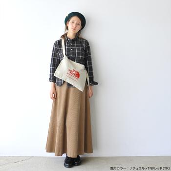 シンプルなデザインだから、スポーティなスタイルだけでなくスカートにも合わせやすい。ちょっとしたお出かけや旅先でのサブバッグなど様々なシーンで重宝しそうです。