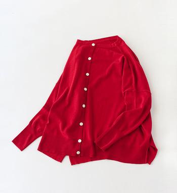 気温の変化が激しいこの時期は、気軽に着脱できるカーディガンが一枚あると便利です。 せっかくなら赤や黄色、ピンクやブルーなどの「カラフルカーディガン」を着こなしのアクセントに取り入れてみませんか? 一枚さらりと羽織るだけで、コーディネート全体を春らしく、おしゃれな雰囲気に仕上げてくれますよ♪