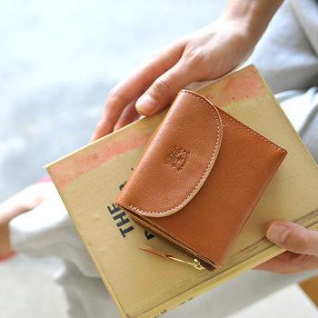 コンパクトな二つ折り財布は、使い勝手もよくどんなバッグにもスッキリと収まってくれます。バッグの中身や荷物を減らしたいと考えている方は、まずお財布から見直ししてみませんか?