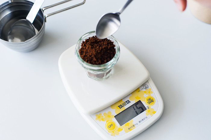 1.清潔な保存瓶にインスタントコーヒーを適量入れる