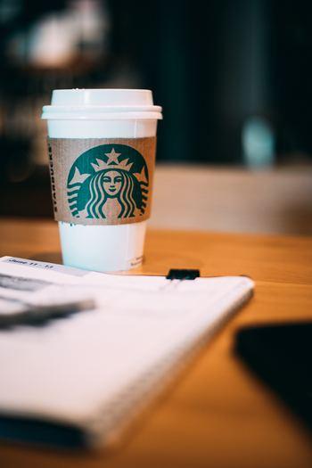 受け取りやポットの返却のために店舗に出向く必要はありますが、いつものスタバのコーヒーがお得な価格で味わえる上に、なにより会議や休憩時間にこのコーヒーが登場したらきっとテンションも上がるはず。  5杯からオーダーできるので、オフィスの近くに店舗があるなら、ぜひ一度は使ってみたいサービスです。