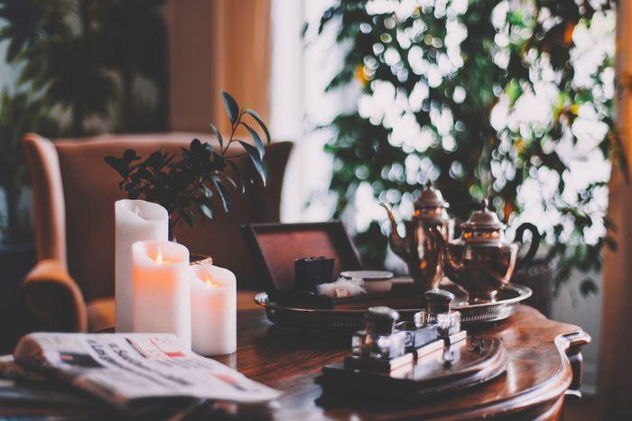 自分の家の中を見渡して片づけや掃除をしましょう。すっきりしたら、お気に入りの花を飾ったり、アロマを焚いたり心が落ち着いて清々しい気持ちになる部屋作りをしましょう。そんな空間が素敵なあなたの雰囲気を作ってくれるはずです。