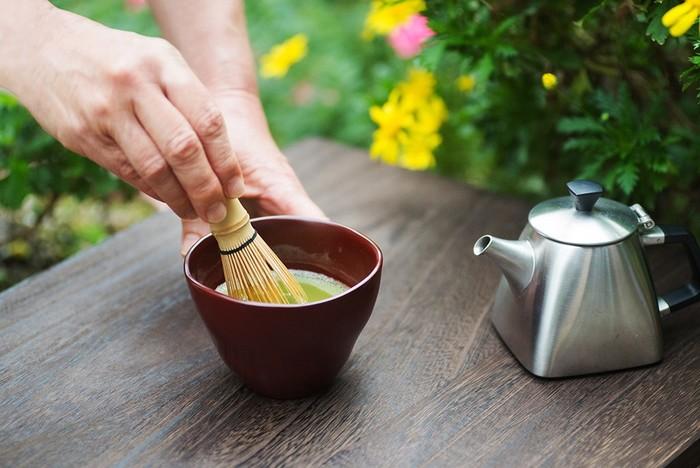 茶道をされている方から、「まだ子育てで忙しい頃、ふと興味が惹かれて茶道を始めたら、すっと心が軽く穏やかな気持ちになった」という話を聞いたことがあります。茶道というと敷居が高く感じるかもしれませんが、お茶碗と茶筅、お抹茶があれば、そう難しいこともありません。丁寧に、集中して、美味しいお茶を点てて、いただく。季節のお菓子をそっと添えて。忙しいときこそ、こんな余白の時間をうまく取り入れられるといいですね。