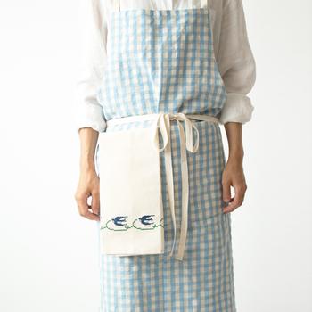 洗濯に強く、使い込む程にやわらかく肌触りが良くなってくるリネン。こちらのクロスは、フランス、ベルギーで採れた、上質の亜麻をイタリアで紡績した糸を使用して作られたリネン糸を輸入し、布作りから染色、裁断、縫製、刺繍は国内でで1点1点丁寧に作られているため、安心で安全なキッチンクロスに仕上がっています。