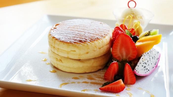 季節のフルーツと生クリーム、バニラアイスが添えられた「天使のぱんけーき」はお店の看板メニュー。ふわふわしたやわらかいパンケーキの美味しさにハマる人続出です。