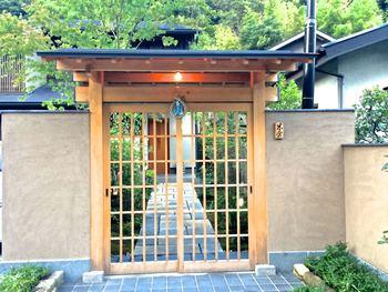 なかなか鎌倉を訪れる機会がないという方は、せっかくこの地に来たなら、ちょっと贅沢な食事を楽しみませんか。  鎌倉時代の雰囲気を残す二階堂地区、覚園寺の手前に佇む料亭「米倉」。  実はミシュランで一つ星を獲得している会席料理のお店で、食べログでも3.5の基準を超え、TOP5000に。一ヶ月前からの完全予約制ですが、訪れる価値ありのお店です。