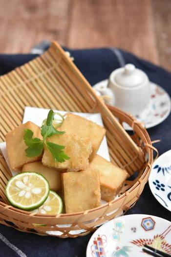 お肉代わりのヘルシー食材としてお役立ちの高野豆腐は、唐揚げにしても美味しくておすすめです。外はサクサク、中はもっちりとした食感がきっとヤミツキになりますよ!